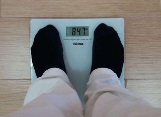 过度肥胖会产生雌激素,可加速骨骺的快速闭合。